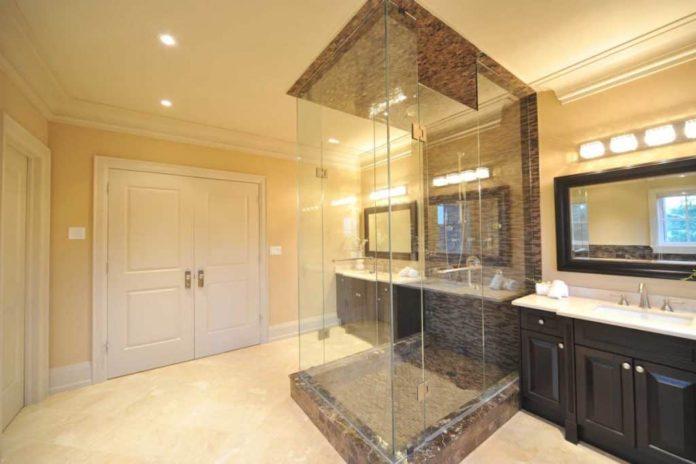 Cabina de duș și ușa de duș pentru o baie confortabilă